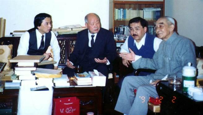 1991年12月2日,蘇志誠、許鳴真、尹衍樑、南懷瑾(由左至右)在南懷瑾香港寓所的書房中晤談。(中時檔案照)