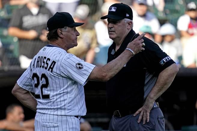 白襪總教練拉魯沙(左)與裁判長沃克爭論,被驅逐出場。(美聯社)