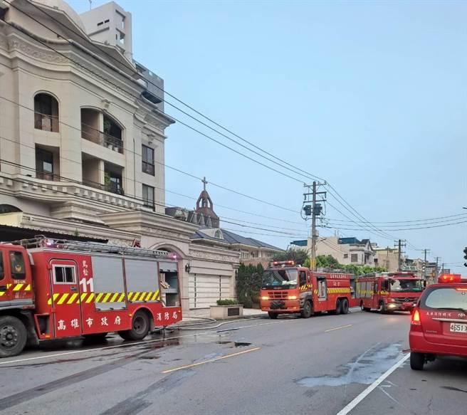 高雄市鳥松區一棟透天厝19日清晨5時許發生大火,消防局人員到場搶救。(翻攝照片/林瑞益高雄傳真)