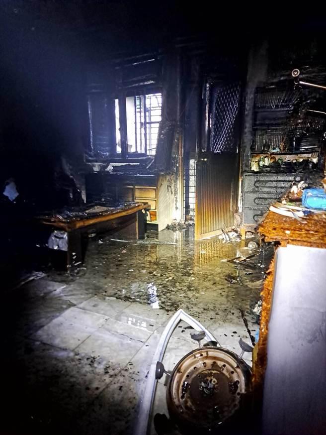 高雄市鳥松區一棟透天厝19日清晨5時許發生大火,圖為火警現場。(翻攝照片/林瑞益高雄傳真)