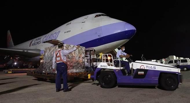 我方自購的第7批莫德納疫苗108萬劑,17日晚間由華航貨機運抵桃園機場,地勤人員卸下裝載疫苗的貨盤後,立即拖往華儲倉庫。(中時資料照,范揚光攝)