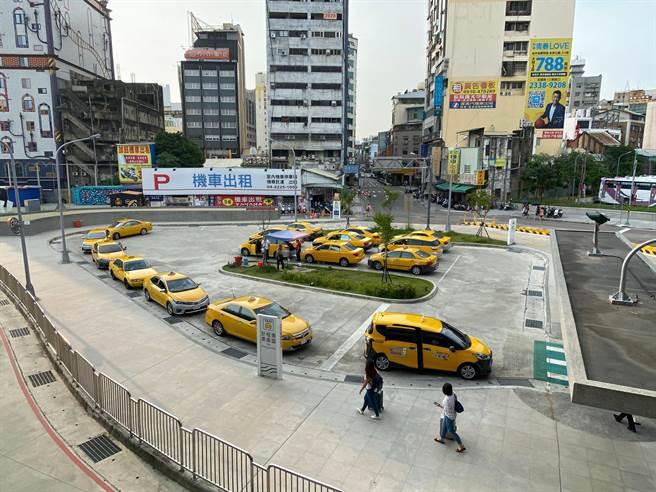 交通局為鼓勵台中計程車客運業駕駛人及其子女努力向學,即日起開放受理110年度獎學金申請作業。(台中市政府提供)