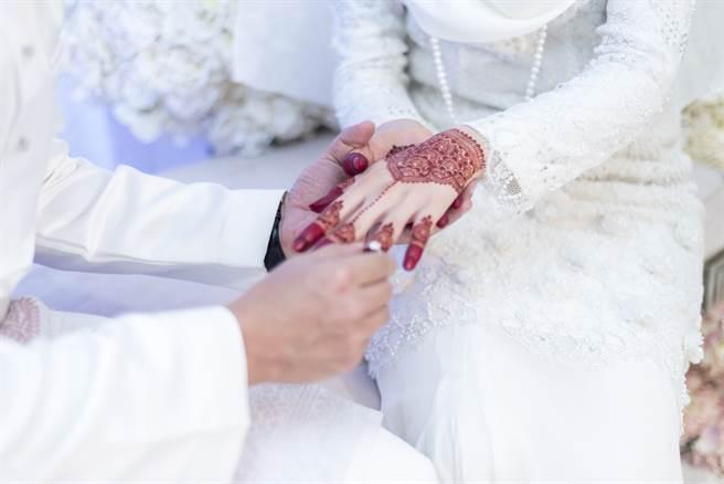 印尼一名17歲男子近日迎娶2名新娘,2場婚禮中間只間隔2個小時。(示意圖/達志影像)