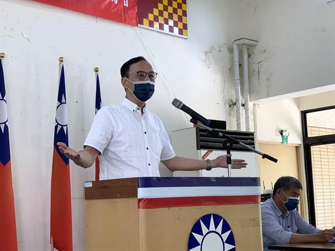 國民黨主席候選人朱立倫在台中發表政見,花了一半時間隔空交鋒統派張亞中。(王文吉攝)
