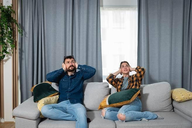 外國一對夫妻因為不滿樓上鄰居經常在深夜發出噪音,因此決定在天花板上踱步,進行報復。(示意圖/達志影像)
