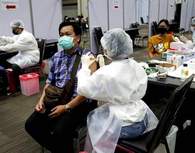 一名40歲泰國男子17日接種完第3劑AZ疫苗後,當天半夜開始狂咳,並且在隔日凌晨身亡。圖為資料照,非當事人。(資料照/美聯社)