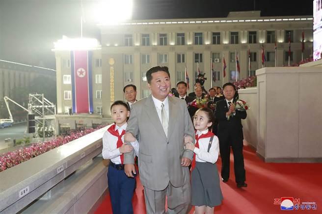 北韓最高領導人金正恩日前出席國慶閱兵的身影,疑似過於消瘦,引發替身說的傳聞。(圖/路透)