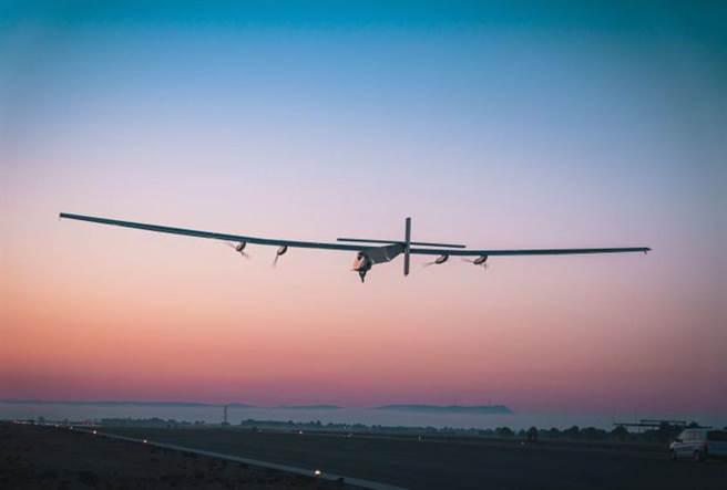 天空居民太陽能無人機可以攜帶400公斤包括感測器、通信和電子戰設備的載荷,連續飛行長達90天,以極低的成本提供持續而廣闊的海洋監視偵察能力。(圖/SKYDWELLER AERO)