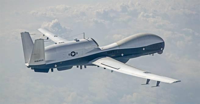 美軍目前用MQ-4C人魚海新無人機每架價格超過2.4億美元,續航時間只有30小時。(圖/美國海軍)