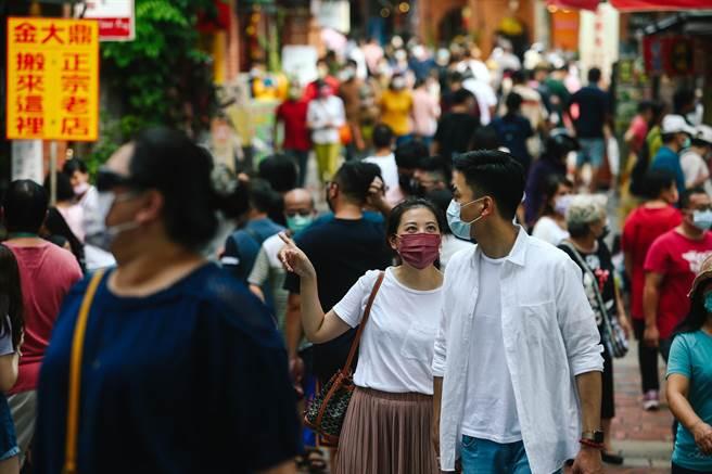 中秋連假第二天,新北市深坑老街湧現許多出門郊遊的人潮。(鄧博仁攝)