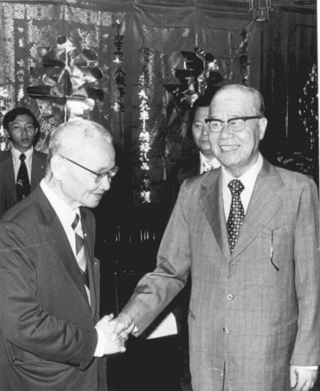 圖為謝東閔前副總統(右)與陶希聖。(中央社陳永魁攝)