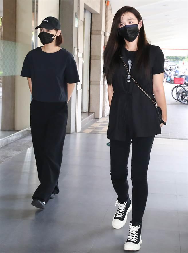 許鈞鈞(右)、林宜禾分享龍劭華片場暖舉。(陳俊吉攝)