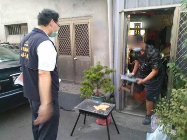 昨日首次發現4案民眾於騎樓或戶外烤肉,經勸導後,民眾立即收拾烤肉用品回屋內,未再有進一步違規情形。(台中市政府提供)