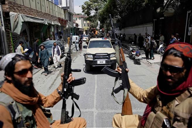 在喀布爾街頭巡邏的塔利班民兵。(圖/美聯社)