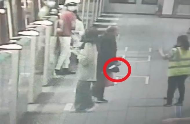 直擊捷運亮刀現場 乘客自車廂奪門而出 持刀黑衣男月台追著人跑(翻攝畫面)