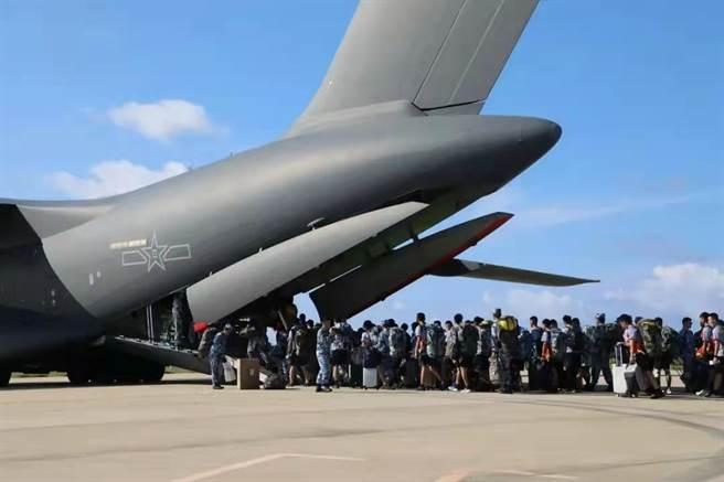 南海艦隊微信公眾號發佈消息透露,中共空軍大型運輸機運-20降落在南沙島礁機場,載運伍人員返回大陸。(圖/南海艦隊微信公眾號)
