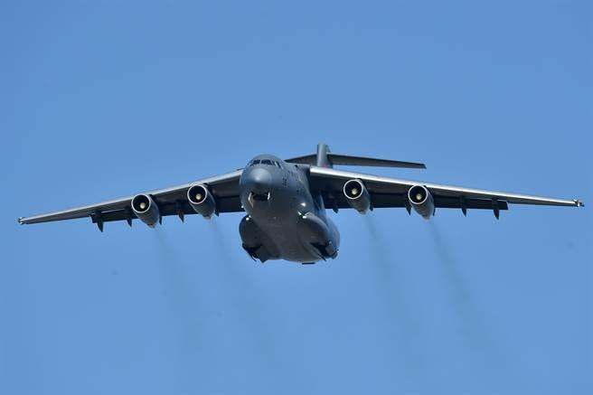 運-20是目前大陸國產最大型的運輸機,可以運送大量人員與重型裝備。(圖/新華社)