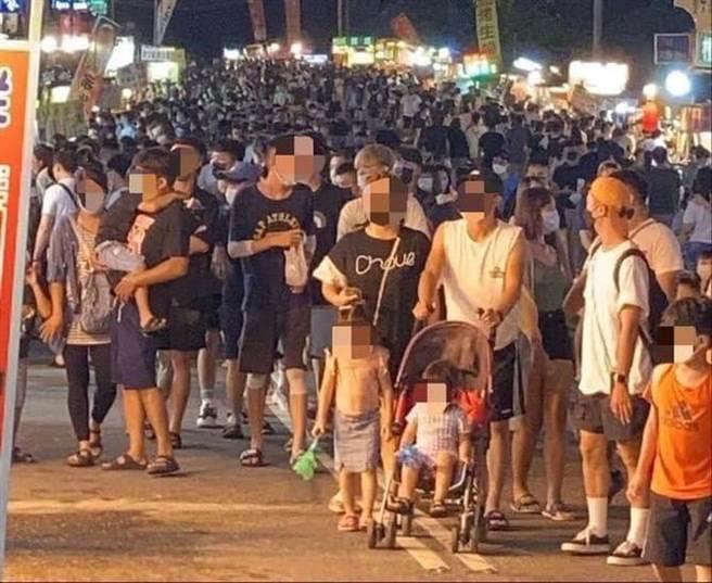 中秋連假墾丁大街迎來久違觀光人潮,連2晚湧進8千人次。(圖/屏東點臉書)