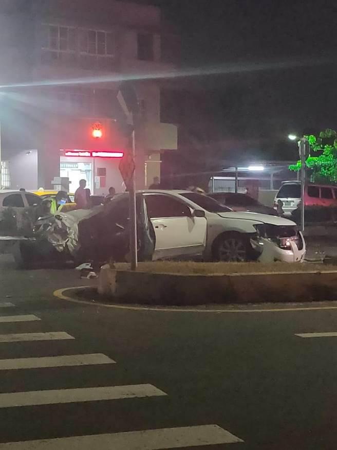 嘉義縣朴子分局港墘派出所前晚間10點多發生兩車碰撞事故,其中一輛白色自小客嚴重毀損。(讀者提供∕呂妍庭嘉義傳真)