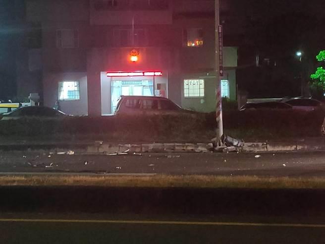 嘉義縣朴子分局港墘派出所前晚間10點多發生兩車碰撞事故,一輛黑色休旅車與白色自小客劇烈撞擊,兩輛車皆嚴重毀損,零件、玻璃散落一地。(讀者提供∕呂妍庭嘉義傳真)