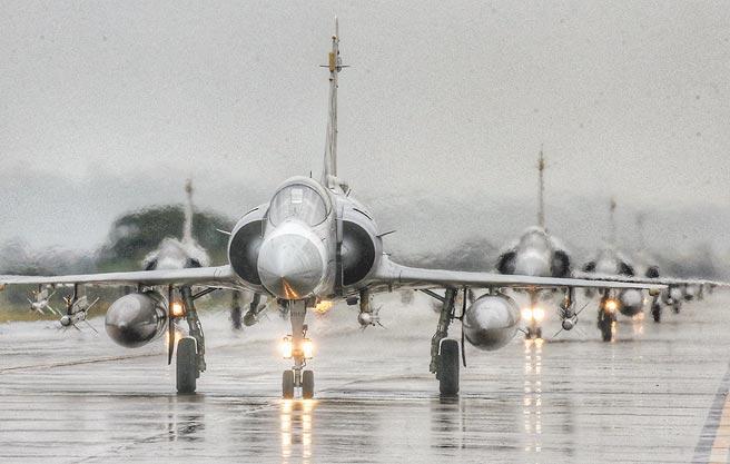 國軍108年春節加強戰備,1月16日在新竹空軍基地演練,8架幻象戰機進行編隊滑行,展現空軍捍衛領空的能力與決心。(本報資料照片)
