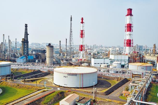 台積電規畫在中油高雄煉油廠(如圖)設7奈米晶圓廠,龐大的用電量恐在2023年就讓國內供電拉警報。(本報資料照片)