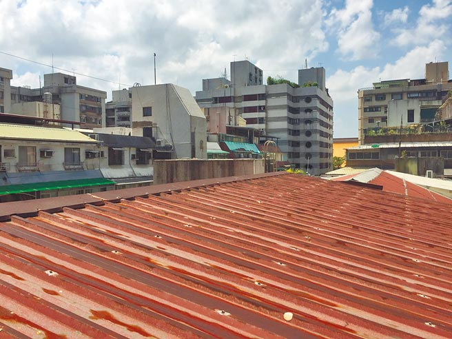 台北市不少老公寓在頂樓加蓋斜屋頂防漏水,但因為限高1.5公尺,進入只能蹲低身體變成「哈比人」相當不便。(張立勳攝)
