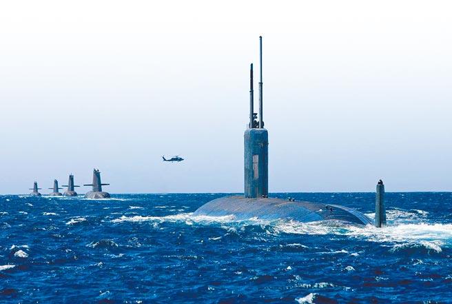 美軍洛杉磯級核動力攻擊潛艦「聖塔菲號」(右,USS Santa Fe)與澳洲海軍4艘柯林斯級潛艦一起編隊,途經西澳大利亞科克本灣的檔案照。澳洲原計畫向法國採購12艘新常規潛艦,以替換超過20年的柯林斯級潛艦。(摘自澳洲皇家海軍臉書)