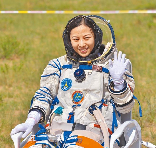 中國神舟十三號預計10月中旬發射升空,太空人王亞平可能入選,有望成為進入中國太空站的首名女太空人。圖為2013年6月王亞平在神舟十號順利著陸出艙後揮手致意。(中新社)
