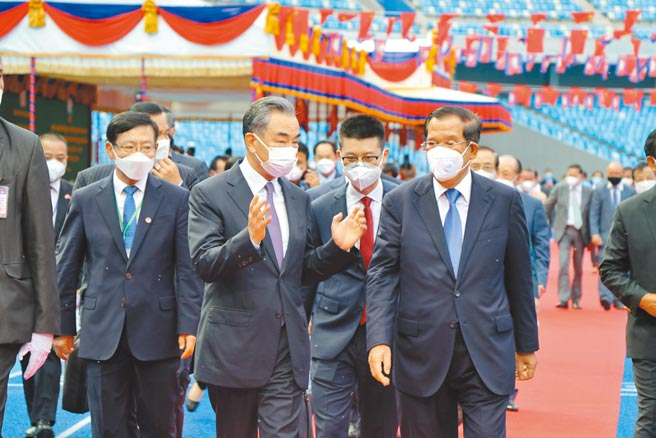 大陸國務委員兼外交部長王毅剛結束對越南、柬埔寨、新加坡、韓國的訪問。圖為12日王毅與柬國首相洪森在金邊出席中國援柬的體育場交接典禮。(新華社)