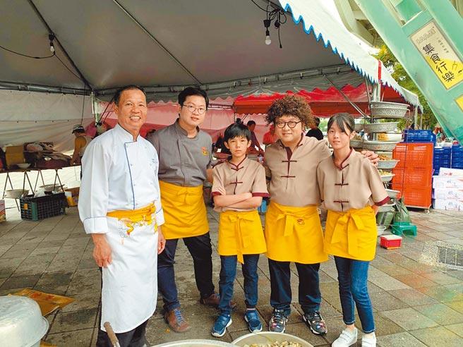 納豆(右二)與邱凡書(右起)、賴冠宇、史達魯以《神廚賽恩師》入圍金鐘「兒童少年節目主持人獎」。(公視提供)