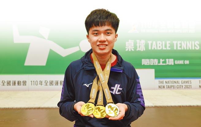 林昀儒開心秀出本屆全運會桌球賽所拿到的3面金牌。(110全國運動會提供)