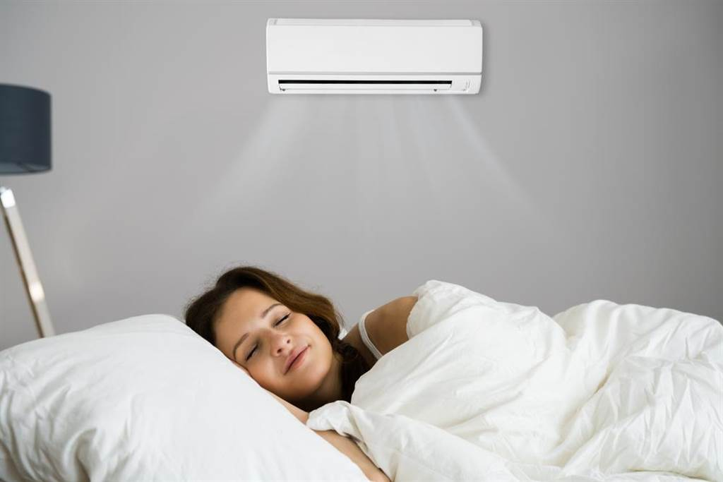 一名媳婦表示婆婆習慣整晚「開門」吹冷氣睡覺,讓她覺得費電且擔心冷氣壞掉。豈料,不少網友回應也習慣開門吹冷氣,甚至還有從2樓吹到1樓的。(示意圖,達志影像/shutterstock)