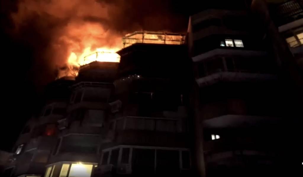 北投行義路一處連棟公寓晚間發生火警,警消在半小時後迅速撲滅無人受傷。(圖/李文正翻攝)