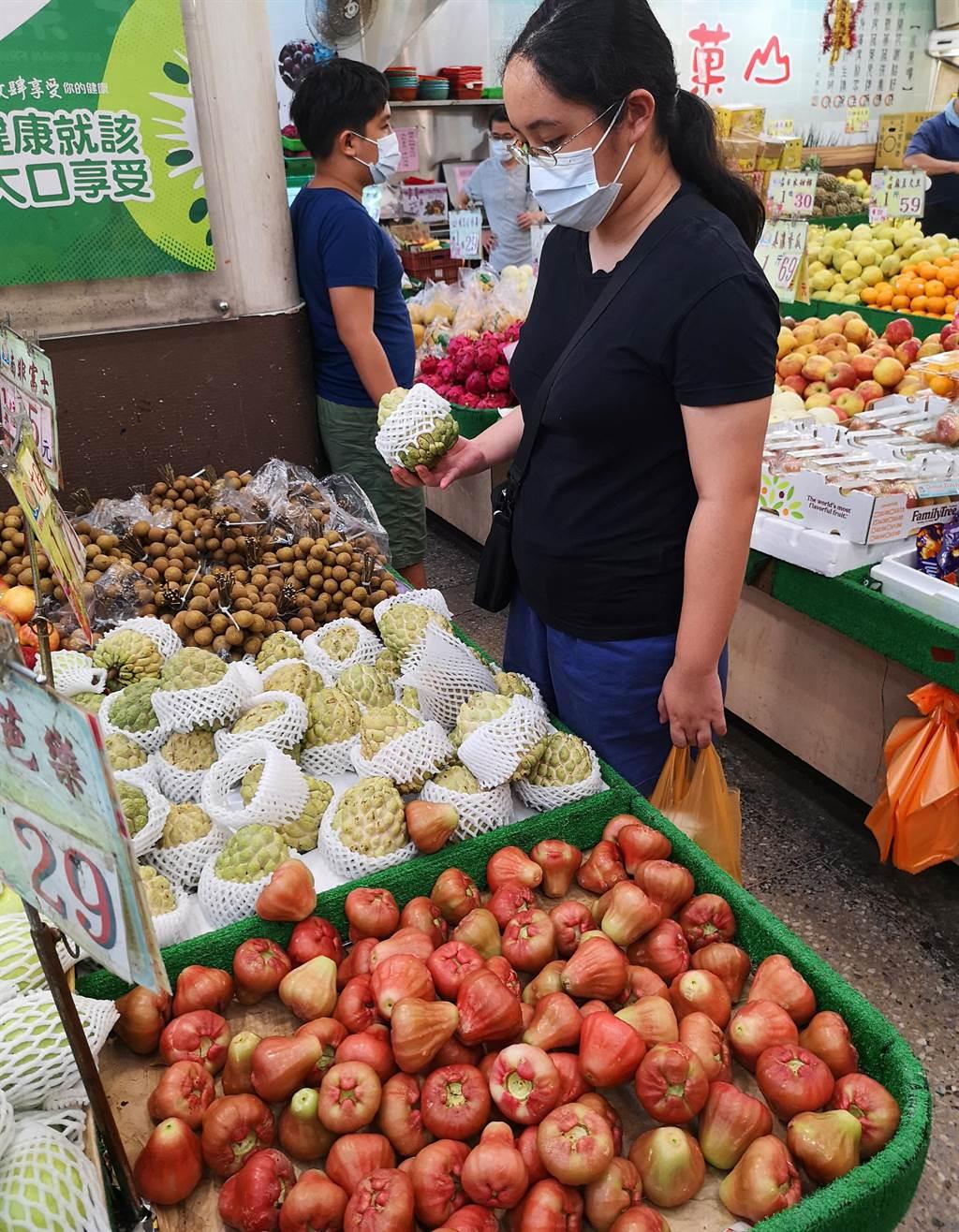 中國大陸海關發出公告,宣稱今年多次在台灣進口的釋迦、蓮霧中驗出有害的「大洋臀紋粉蚧」,20日起暫時輸入中國大陸。以2019年為例,釋迦、蓮霧和鳳梨出口到大陸總金額將近40億,若大陸確定之後都不再進口這些水果,代表台灣每年會損失超過近40億產值。20日民眾在坊間水果行選購釋迦及蓮霧。(陳君瑋攝)