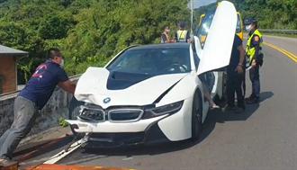 BMW千萬超跑撞上違規迴轉騎士 右車頭毀損