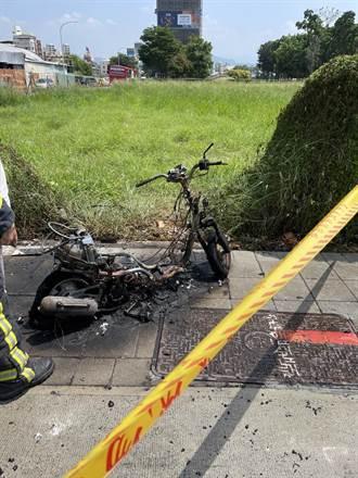 機車路邊自燃燒到剩車骨 老婦離開10分鐘回頭驚呆了