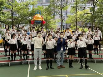 黃子佼為公益單曲「扮小」 70歲李濤獻小學制服初體驗