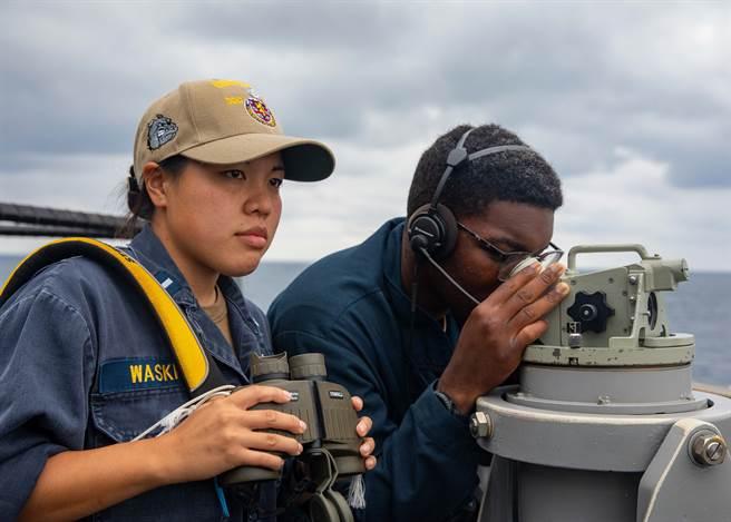 美艦貝瑞號航行台海期間,共軍東部戰區除了全程跟監警戒外,還出動包括作戰艦艇、預警機、轟炸機等在內的海空兵力,在台灣島西南海空域實施實戰化演練。圖為貝瑞號驅逐艦成員。(圖/美國海軍)