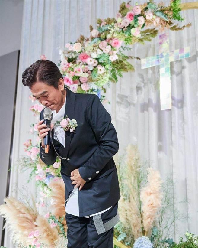 吳宗憲在婚禮上流露出不捨女兒出嫁的神情,令人動容。(圖/翻攝自吳姍儒臉書)