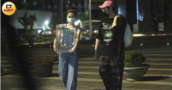 鹿希派和女友水兒,9日被本刊直擊漫步過街,一人抱大袋東西、一人抱鳥,正準備回家,看來交往多年的兩人感情非常穩定。(圖/本刊攝影組)