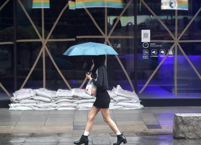 入秋首波東北風周五報到,北海岸、東北角有局部雨,北台灣偶有局部短暫降雨,氣溫略降轉涼。(鄭任南攝)