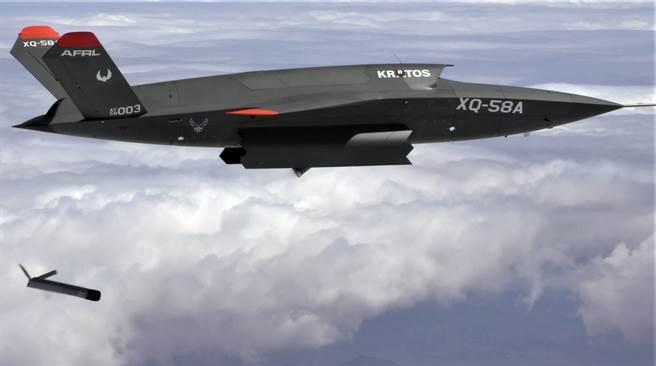 XQ-58A「女武神」(Valkyrie)無人戰機3月26日在亞利桑那州尤馬試驗場(Yuma Proving Ground)施放ALTIUS-600小型無人機,這是它第一次在飛行中打開武器艙門。(美國空軍)