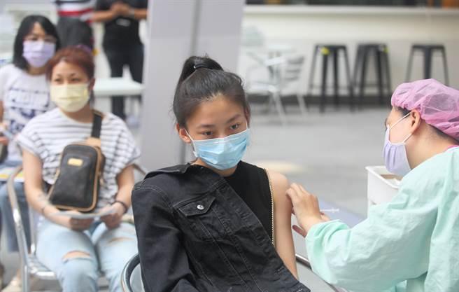 首批BNT疫苗上午10時開放預約。圖為民眾接種疫苗。(張鎧乙攝)