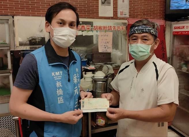 葉元之將善心人士的10萬元捐款轉交給陳老闆。(葉元之提供)