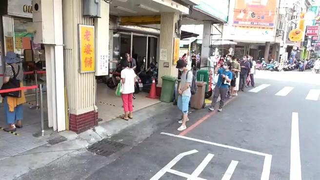 彰化市蛋黃酥名店「不二坊」今天一早再現長長的排隊人龍。(民眾提供/謝瓊雲彰化傳真)