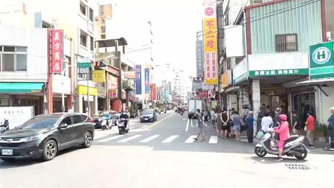 彰化市蛋黃酥名店「不二坊」今天一早再現長長的排隊人龍,隊伍逾300公尺,綿延到轉角巷弄內。(民眾提供/謝瓊雲彰化傳真)