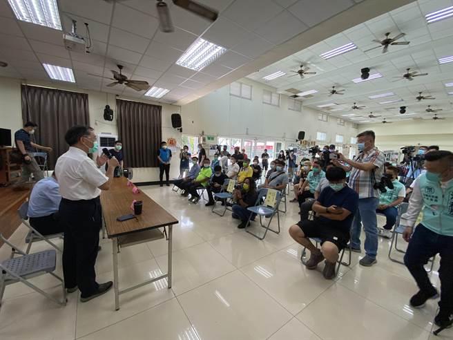 台北市長、民眾黨主席柯文哲20日到台中大里以「COVID-19防疫政策與作為」為題做專題演講並與地方人士座談。(馮惠宜攝)