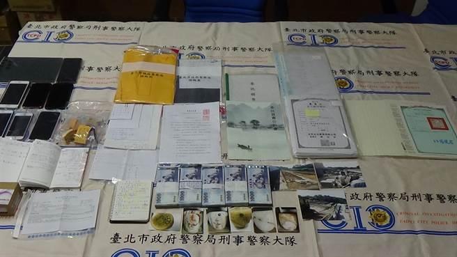 警方日前兵分多路在王嫌的顧問公司內起出客戶名單以及帳冊、現金50萬。(圖/警方提供)