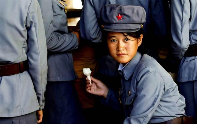 外媒引述脫北人士指出,北韓一名18歲女兵遭長官侵犯長達2年,期間還被帶去給密醫墮胎,身心靈受到嚴重打擊,沒想到還被長官嗆要「忍下來」。圖非當事人。(資料照/路透社)